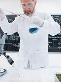 Researcher conducting experiment — Stock Photo
