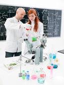 Arbeiten in einem chemielabor — Stockfoto