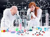Lavorando nel laboratorio di chimica — Foto Stock
