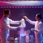 científicos dentro de un espacio biológico pruebas tóxicas — Foto de Stock