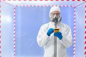 Spécialiste de la Biohazard avec appareil de mesure — Photo