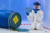 Weibliche biohazard-spezialist am arbeitsplatz — Stockfoto