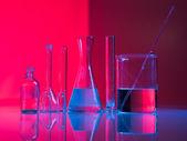 Zestaw szkło laboratoryjne na stole — Zdjęcie stockowe