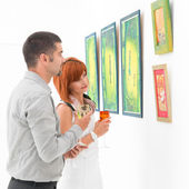 Contemplando pinturas emolduradas — Foto Stock