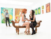 Two best friends in an art gallery — Stock Photo