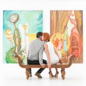 Couple gossiping about the artist in a gallery — Stock Photo