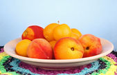 Peaches and plums in a bowl. — Stock Photo