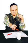 Hombre con gorra tradicional está estudiando el documento. — Foto de Stock