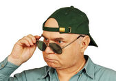 A man in a baseball cap and dark glasses. — Stock Photo