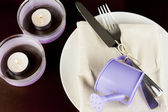 Table decoration in purple colors — Stock Photo