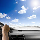 Kierownica samochodu i niebo tła — Zdjęcie stockowe