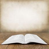 Ahşap masa üzerinde kitap grunge arka plan açık — Stok fotoğraf