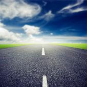 Asfaltowe autostrady nad niebieski niebo — Zdjęcie stockowe