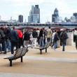 Tourists visit Thames Embankment — Stock Photo