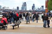 Tourists visit Thames Embankment — Stock Photo