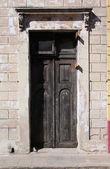 старые двери на кубе — Стоковое фото