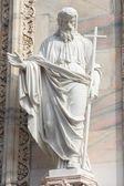 Escultura del santo en la catedral de milán — Foto de Stock