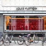 Louis Vuitton boutique — Stock Photo #30255947