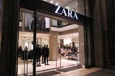 BARCELONA, SPAIN - NOVEMBER 5: People visit Zara store on November 5, 2012 in Barcelona, Spain. Zara has 1,763 stores and had more than 7 billion EUR revenue in 2009. — Stock Photo