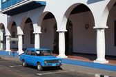 Mensen lopen langs oude auto in santiago, cuba. — Stockfoto
