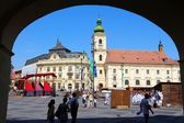 Tourists visit main square. Sibiu, Romania — Stock Photo