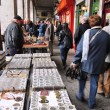 Shoppers visit Sunday Collectible Market — Stock Photo