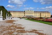 People visit Schoenbrunn Gardens — Stock Photo