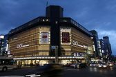 People visit Marui department store — 图库照片