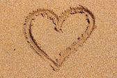 Kum üzerinde kalp şekli — Stok fotoğraf