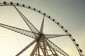 Grande roue contre le ciel bleu — Photo