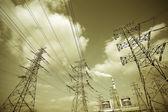 Opzoeken van hoog-voltage power tower — Stockfoto