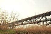 Viejo puente de estructura de acero a través del agua — Foto de Stock