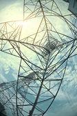 Hoog-voltage power tower in sun sky opzoeken — Stockfoto