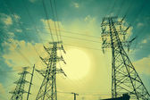 底部的网格传输电力塔 — 图库照片