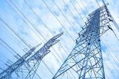高压输电塔的天空背景 — 图库照片