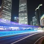 Легкие трассы на фоне современного здания в Шанхае — Стоковое фото