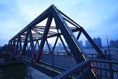 Detail ocelové konstrukce mostu v noční krajina — Stock fotografie