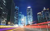 Urban natt trafikerar se i skymning. fokusera på vägen — Stockfoto