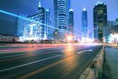 Estrada de megacity em trilhas leves ao entardecer de noite em shanghai china — Foto Stock
