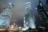 Vista de noche de fondo de edificios emblemáticos de la ciudad de shangai — Foto de Stock