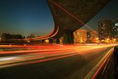 Grandi città autostrada viadotto sentieri di luce notturna — Foto Stock