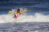 Kayakista sobre la gran ola — Foto de Stock