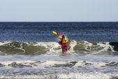 Kayak surfing on sea — Stock Photo