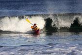 Surfista de kayak en acción — Foto de Stock