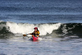 Surfeur de kayak en action — Photo