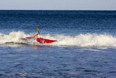 在汹涌的大海中划艇 — 图库照片