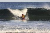 Kajak surfař v akci — Stock fotografie