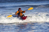 Kayak surfer in action — Stockfoto