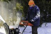 Senior hombre detrás de un soplador de nieve — Foto de Stock