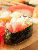 Creme-sushi mit thunfisch auf sushi-reihe — Stockfoto